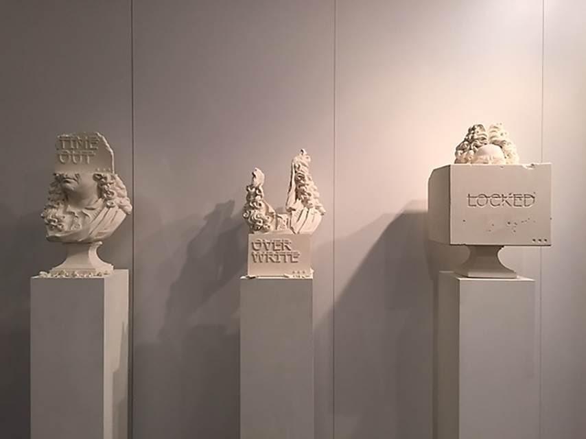 Dayanıklılık, Rero, 2014. Contemporary İstanbul 2015'te eserleri sergilenen Fransız sokak sanatçı Rero'nun (1983-) eserleri, yüzlerinin yerine sloganlar yazılmış  plastik büstleri. Orijinali, Louvre Müzesi'nde sergilenen XIV. Louis dönemi (1643-1715) heykeltıraşlarından Antoine Coysevox'un (1640-1720) eseri, Antoine Coypel büstü. Rero, klasik heykelleri deforme edip, üzerlerine mesaj yerleştiriyor. Bu eserlerden soldakinin üzerinde Time Out (zamanı geçmiş), ortadakinin üzerinde Over Write (önceden yazılmış olanı geçersiz kılma), sağdakinin üzerinde ise Locked (kilitli) yazısı yer alıyor. Sanatçı, bu eylemle, imajı iptal ettiğini ifade ediyor. Bu yazılar da üzerleri çizilerek bir anlamda iptal edilmişler. Rero, eserlerinin üzerindeki yazılarda Verdana font'unu kullanmayı tercih ediyor. Sanatçı, Graffiti kültüründen etkilendiğini, etiketlemeyi ve minimalist sloganları sevdiğini söylüyor. Sloganlarını kitapların, porselenlerin, bayrakların üzerine de yazıyor. Yaptıkları, çağdaş ikonaklazm olarak değerlendiriliyor. Fotoğraf: Füsun Kavrakoğlu