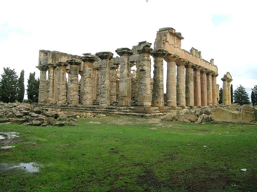 Bir tepenin üstünde yer alan ilk Zeus Tapınağı, MÖ 6. yüzyıla tarihleniyor. 115 yılındaki ayaklanmada yıkılan tapınak, Cyrene'nin diğer önemli yapıları gibi Hadrianus tarafından 120'de yeniden yapılmış. Tapınağın son restorasyonu 1967 yılında İtalyanlar tarafından gerçekleştirilmiş. Çevresinde 52 adet sütun var. 70x17 m olan boyutlarıyla Atina'daki Pantheon'dan daha büyük. Tapınağın tam ortasında tahtında oturan Zeus heykeli varmış. Fotoğraf: Füsun Kavrakoğlu