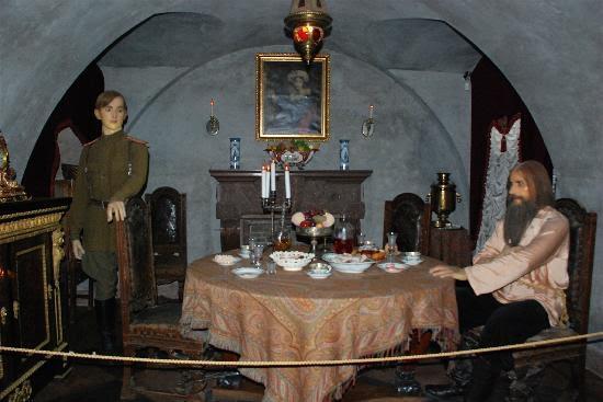 Saray'da Rasputin'in Prens tarafından ağırlandığı mahzende bu canlandırma yer alıyor. 2000 yılında gittiğimizde sarayın hiçbir yerinde fotoğraf çekme izni yoktu. Fotoğraf: TripAdvisor