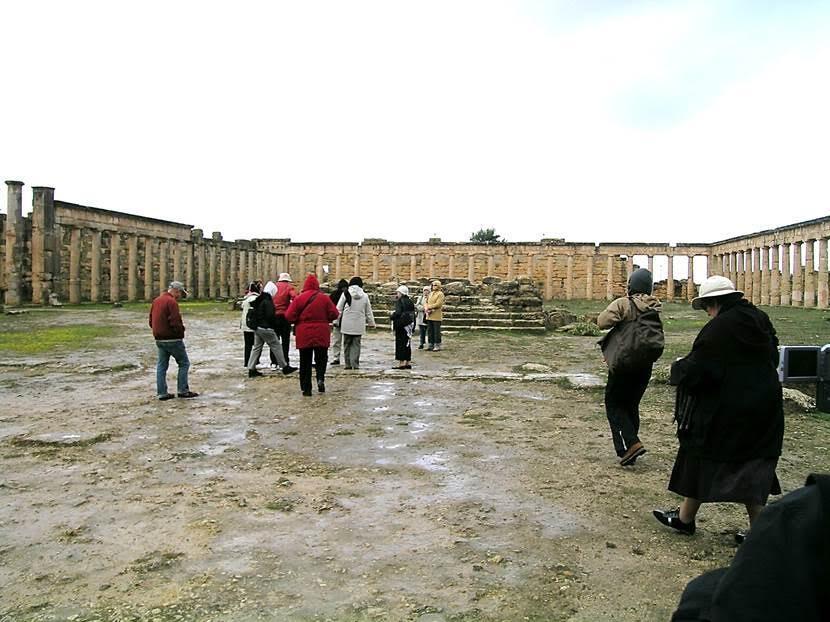 Cyrene'nin Atina tarzı Agora'sından görüntüler. Dört bir yanı Dorik sütunlarla çevrili meydanın Yunanlar tarafından sivil ve askeri spor alanı olarak yapıldığı; Romalılar tarafından politik tartışmaların ve toplantıların yapıldığı Forum'a dönüştürüldüğü düşünülüyor. Yunanlar tarafından spor amaçlı kullanılan kapalı mekanlar Roma döneminde resmi daireler olarak kullanılmaya başlanmış. Tam ortada bulunan, basamakları kalmış olan yükseltinin Jul Sezar'a adanmış bir tapınak olduğu sanılıyor. Şehrin kurucusu olduğu düşünülen Kral Batus'un mezarı da Agora'daymış. Kentin iki ana caddesi var: Biri Apollon Tapınağı'ndan Agora'ya uzanan Kutsal Yol, diğeri ise Agora'dan Akropolis'e uzanan Kral Batus Yolu. Fotoğraf: Füsun Kavrakoğlu