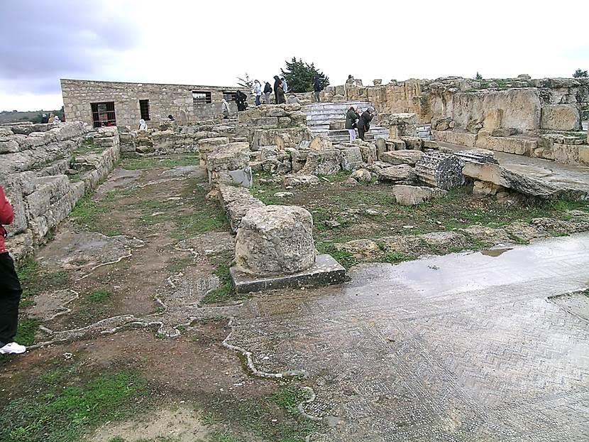 Kral Batus Yolu'nda muhteşem sivil bir yapı var: 2. yüzyılda Apollon Tapınağı'nın baş rahibi Jason Magnus'un evi. Girişi mermerle süslenmiş. Evin odaları iç avlunun etrafına sıralanmış. Avluyu heykeller süslüyormuş. Fotoğraf: Füsun Kavrakoğlu