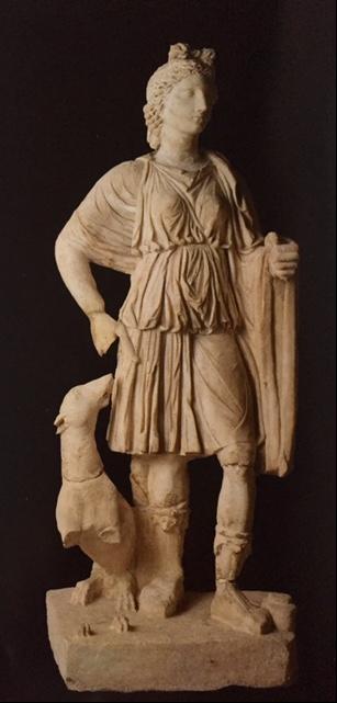 İstanbul Arkeoloji Müzeleri'nde sergilenmekte olan, mermer Artemis heykeli. Cyrene'den ülkemize getirilmiş olan bu heykel, MÖ 2. yüzyılda yapılmış Helenistik orijinalinin Roma dönemindeki  kopyası. Fotoğraf: İstanbul Archaeological Museums, Alpay Pasinli, A Turizm Yayınları, 2001.