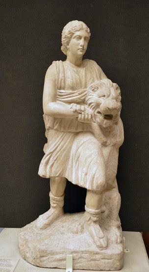 120-150 yıllarına tarihlendiği düşünülen, Cyrene'nin Apollon Tapınağı'nda 1861 yılında İngiliz arkeologlar tarafından yapılan kazılarda ele geçirilip British Museum'a götürülen mermer heykellerden biri. Fotoğraf:www.britishmuseum.org/collectiononline