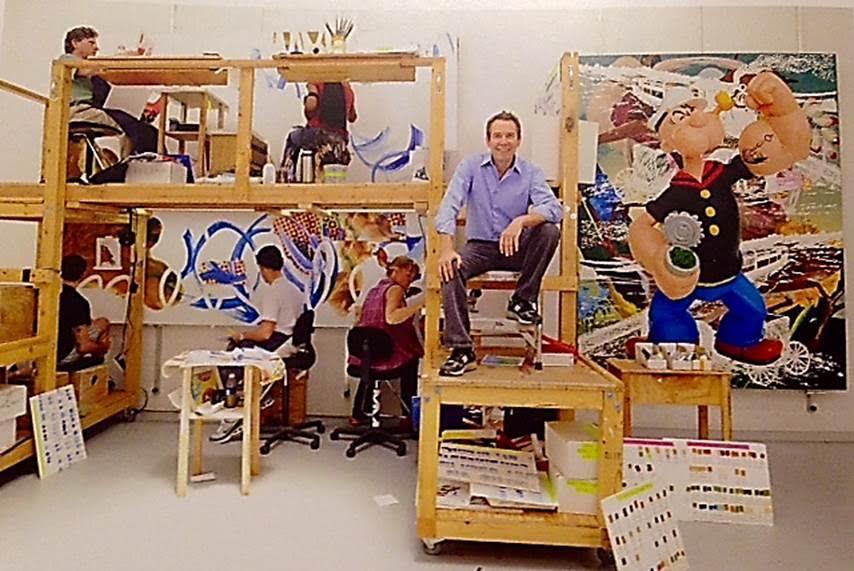 Koons'un New York'taki bembeyaz atölyesinde bir asistan ordusu çalışır. Koons, sabah 8.30'dan akşam 17.30'a kadar ofistedir ve onlara enerji pompalar. Kendisi Popeye ve Hulk temsilleri yapar; Manet, Dali, Poussin ve Courbet'nin eserlerini toplar. Fotoğraf: Hubert Fanthomme/Revealed