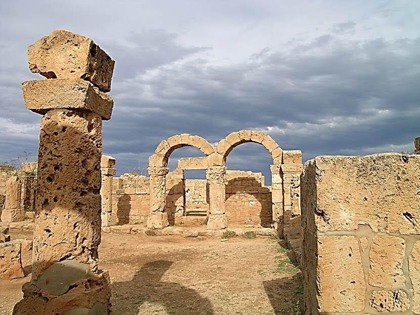 Orta Kilise ve Roma Hamamı. Orta Kilise'nin yanındaki Roma hamamlarının 75-125 yıllarında yapıldığı sanılıyor. Sütunlardan birinin üzerinde ise 138 tarihi görülüyor. Romalılar hamamı Helenistik gimnasyumun üzerine kurmuşlar ve havuzu korumuşlar. Sütunların Dor, İyon ve Korint başlıklı olanları var. Fotoğraf: Füsun Kavrakoğlu