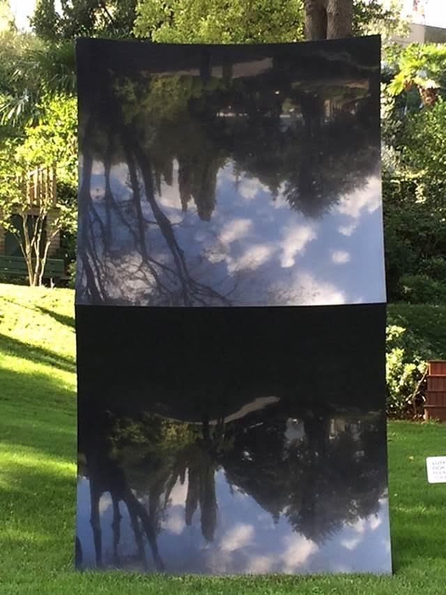 """Çift, Anish Kapoor, 2006. Sakıp Sabancı Müzesi'nin bahçesinde sergilenen sanatçının bu granit eseri müzenin kalıcı koleksiyonuna katıldı. Hindu bir baba ve Yahudi bir anneden doğan sanatçının eserlerinde yeryüzü ve gökyüzü, ruh ve madde, aydınlık ve karanlık gibi ikilemlere rastlanıyor. Kullandığı sanatsal dil gayet sade ama eserlerin içinde barındırdığı enerji ve kültürel çeşitlilik dikkat çekiyor. Sakıp Sabancı Müzesi'ndeki sergisi (2014) heykel, mimari, mühendislik ve teknolojiyi bir araya getiren eserlerden oluşmuştu. Sergi, sanal sergi olarak internet ortamında da izlenebildi. 1954'te Bombay'da doğan ve 1970'lerden bu yana Londra'da yaşayan Anish Kapoor, Britanya'yı 1982 Paris Bienali ve 1990 Venedik Bienali'nde temsil etmiş, burada Premio Duemila'ya (en iyi genç sanatçı ödülü) layık görülmüştü. Sanatçı, 1991 yılında da Turner Ödülü'nü kazandı. Kapoor, 2009 yılında, Londra'daki Kraliyet Sanat Akademisi'ndeki tüm galeri mekânının açıldığı, ilk yaşayan sanatçı oldu. Hindistan'daki ilk kişisel sergisini ise 2010 yılında açtı. 2013 yazında, Kraliçe'nin doğum günü törenlerinde ödüllendirilip Sir unvanını aldı. Kapoor, """"Taşın hafızası vardır. Bir eser ne zaman içsel hafızamıza hitap etmeye başlar, işte o zaman sanat eseri olur. Sanatın bazı unsurları bu anlamda hafızayı harekete geçirmede çok güçlüdür"""", diyor. Kapoor, eserin fiziksel ve sosyal alan arasındaki ilişkiyi sağlamasını önemsiyor. Fotoğraf: Füsun Kavrakoğlu"""