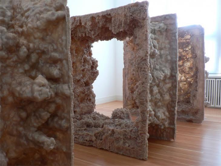 Kapoor'un, Berlin'de Martin Gropius Bau'da 2013 yılında açtığı sergide yer alan, çoğunlukla anıtsal boyutlarda heykeller üreten sanatçının anıtsal İlk Beden adlı eseri. Fotoğraf: www.art-in-tv.de