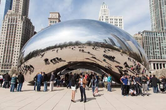 Bulut Kapısı, Anish Kapoor, 2006. 2004 yılında açılan Chicago kentinin Millennium Park'ına yerleştirilen, yapımı 2006 yılında biten heykel, 168 paslanmaz çelik levhadan oluşuyor ve yapımı 23 milyon dolara mal olmuş. Civadan esinle tasarlanmış olan heykelin halk arasındaki adı Fasulye (The Bean). İzleyenlerin heykele her baktığında kendi yansımasını görmesi, kendisiyle heykel arasında bir bağ kurmasını sağlıyor. Her yansıma bir varoluş kanıtı gibidir. Yumuşak kıvrımlı dinamik yapısı ile de hiçbir yansımayı üzerinde sabit tutmamakta ve sürekli hareket ettirmektedir. Bir çekim alanı oluşturan heykel, gökyüzünü, bulutları ve güneşi izleyiciler ile buluşturmaktadır. 2015 yılında Çin'in Xinjiang bölgesinde  Karamay'da bir Çinli sanatçı Bulut Kapısı'nın neredeyse aynısını yaptı ve Kapoor dava açtı. Çinli muhalif sanatçı ve aktivist Ai Weiwei ile Anish Kapoor, 2015'te Avrupa'da yaşanan sığınmacı krizi ile ilgili sığınmacıların durumlarına ve yaşamsal haklarına dikkat çekmek için omuzlarında sığınmacıları temsilen battaniyeler taşıyarak ve mültecilerin kat ettikleri mesafeyi sembolik biçimde dile getirmek üzere Londra'da birlikte yürüyüş yaptılar. Kapoor, 2016 yılında heykelin tüm yüzeyini ışığı emen, yüksek teknoloji ürünü Vantablack denen, siyahın en siyahı olarak tanımlanan malzeme ile kapladı. Sanatçı açık havada yer alan tüm heykellerini bu madde ile kaplayacağını, çünkü dünyanın, heykellerin yapım tarihine göre daha kara bir yer olduğunu söylüyor. Fotoğraf: www.statuestorieschicago.com