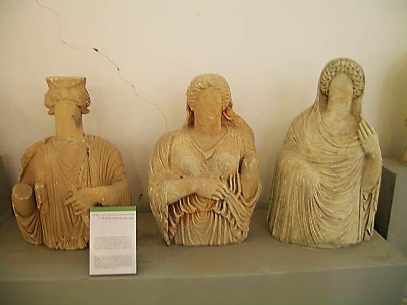 Müzede gördüğümüz yüzü olmayan eserler, ölen kişinin yüzünü sonradan işlemek üzere hazırlanıp bekletiliyormuş. MÖ 5. yüzyıldan günümüze ulaştıkları düşünülüyor. Cyrenaica'da böyle bir gelenek varmış. (Funerary Statues). Fotoğraf: Füsun Kavrakoğlu
