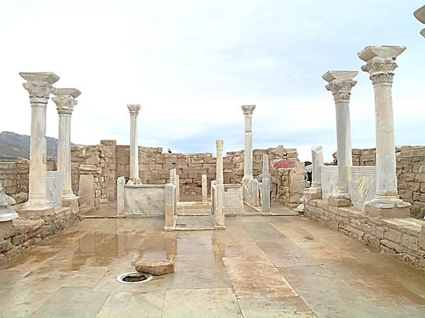 Yağmurlu bir günde gezdiğimiz, Ras el-Hilal adlı körfezdeki L'Atrun'da, Doğu ve Batı Kilisesi adı verilen iki Bizans bazilikasının 6. yüzyıldan kalma kalıntılarını gezdik. Restorasyonu ABD'li ve Fransız ekipler yapmış.  Yukarıdaki fotoğrafta, Doğu Kilisesi'nin, beyaz mermer sütunlu, Korint başlıklı apsisine bakıyoruz. Fotoğraf: Füsun Kavrakoğlu