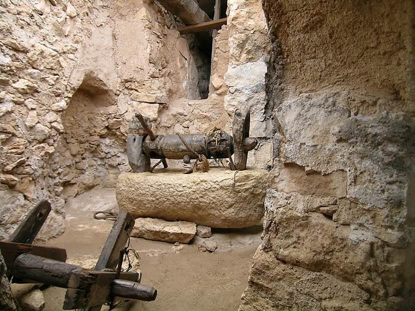 900-1200'lü yıllardan kalma zeytinyağı üretim aletleri ve bir değirmen. Fotoğraf: Füsun Kavrakoğlu