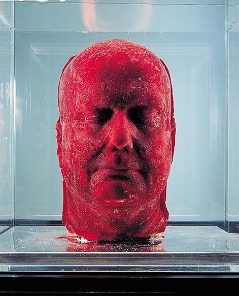 Self, Marc Quinn, 2006. 1964 doğumlu Britanyalı sanatçı Marc Quinn, 1991 yılından bu yana 2,5 litre kendi kanını kullanarak ürettiği büstü. Self, Quinn'in her beş yılda bir yenisini yaptığı, devam eden en sansasyonel projesi. Self, kalıplanarak ve dondurularak üretiliyor. Sergilenirken de özel bir dondurucuda tutuluyor. Quinn, Kendi/Öteki, Beden/Zihin, Doğa/Kültür, Yaşam/Ölüm, Doğum/Yok oluş gibi ikiliklerin yapaylığına işaret eden; karşıtlıkların bir arada var olma hallerini araştıran bir sanatçı. Yunan heykellerinde görmeye alışkın olduğumuz mükemmel insan oranların, mükemmel vücutların aksine kusurlu vücutların heykellerini yapıyor. Bu heykel serisinde toplumun bedene, bedenin kusurlarına ve kusursuzluğuna dair takıntısını ve bu takıntının bazı kişileri kendi bedenlerini nasıl giderek artan bir biçimde dönüştürmeye sevk ettiğini araştırıyor, vurguluyor, bu konuyu düşündürmek istiyor. 1965 yılında kolsuz ve kısa bacaklarla doğan İngiliz sanatçı Alison Lapper'ı çıplak ve hamile gösteren Carrara mermerinden heykeli 2005-2007 yılları arasında Londra'da Trafalgar Meydanı'ndaki kolonlardan birinin üzerinde sergilenmiş, 2012 yılında da Paralimpik Oyunları'nın açılışında bu heykelin replikası kullanılmıştı. İdeal bedenin ve Güzel'in yorumu onu ilgilendiriyor. 2013 yılında Venedik Bienali'nde sergilediği Spiral of the Galaxy adlı bronz heykeli ile, doğadaki kabukluların şekilleriyle güzellik hakkındaki sorgulamasını sürdürüyordu. Fotoğraf:www.pinterest.com