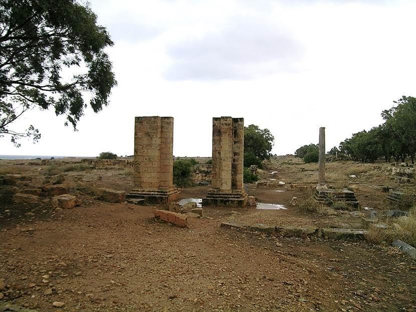 Tulmeyse antik kentinde cardo (kuzey-güney doğrultusundaki cadde) ile decumanus'un (doğu-batı yönündeki cadde) kesişim noktasındaki tetrapylon (Dörtyol ağzına yapılan anıt). Fotoğraf: Füsun Kavrakoğlu