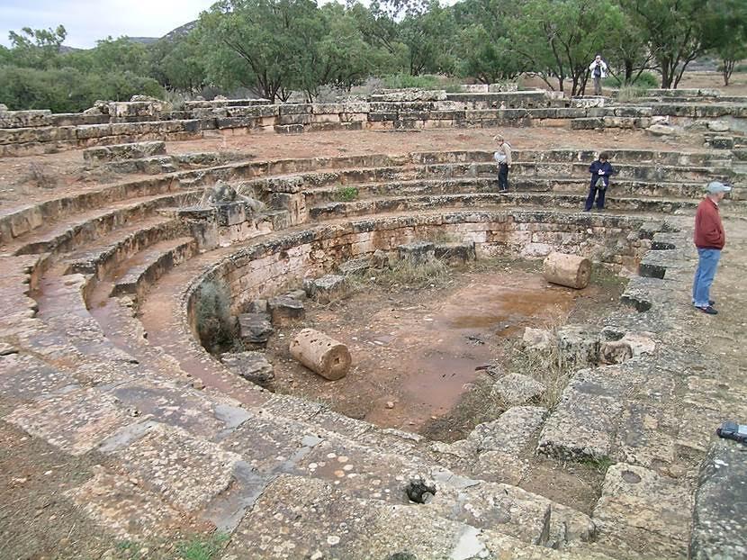 Bu alanın bir odeon (müzik yapılan yer) ya da bouleuterion (kentin sorunlarının konuşulduğu toplantı alanı) olarak kullanıldığı düşünülüyor. Havuzun derinliği, su oyunlarının yapıldığı ihtimalini de düşündürüyormuş. Bölgede su yok. Ama boru sisteminin izleri görülüyor. Burası 500 kişi alabilecek kapasitede. Buranın daha sonra tiyatroya dönüştürüldüğü, üstünün kapalı olduğu sanılıyor. Sahnenin ön tarafını heykeller süslüyormuş. Heykeller müzede sergileniyordu. Fotoğraf: Füsun Kavrakoğlu