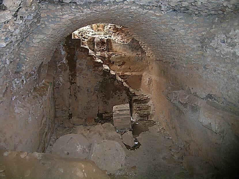 Burada, Kuzey Afrika'nın en büyük sarnıçları bulunuyor. Su, 25 km öteden getiriliyormuş. Basamaklarla kemerli sarnıç odalarına inilebiliyor. Büyük taş bloklar kullanarak Yunanlar'ın yaptığı sarnıçlar, 2. yüzyılda Romalılar tarafından tuğla kullanarak genişletilmiş. Yapım farklılığı duvarlardan izlenebiliyor. Fotoğraf: Füsun Kavrakoğlu