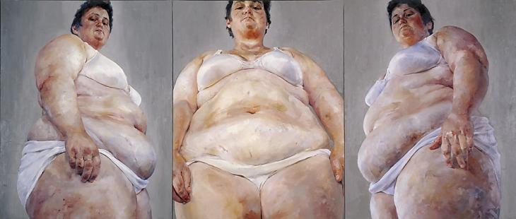 Strateji (Güney Cephe/ Ön Yüz/ Kuzey Cephe), Jenny Saville, 1993-4. Britanyalı Genç Sanatçılar'dan olan ressam Jenny Saville (1970-), büyük ebat çıplak kadın tabloları ile tanınıyor. Saville, model olarak genellikle kendini kullandığı, Rubens'i hatırlatan nü'leri ile güzellik ve beğeni standartlarını sorgular. Beslenme düzensizlikleri, zararlı diyetler ve kozmetik ameliyatlarının artmakta olduğu bir dönemde Saville'in eserleri, insan bedeninin yüceltilmesi işlevini görür, deniyor. Sanatçının bu üçlemesi, Manic Street Preachers rock grubunun 1994'te piyasaya çıkan The Holy Bible adlı albümünün kapağında kullanılmıştı. Jenny Saville, zihnindekini tam olarak yansıtabilmek için Sürrealizm ve Realizm'i bir arada kullanıyor. Bu karışıma Psikolojik Realizm adı veriliyor. Fotoğraf: www.saatchigallery.com