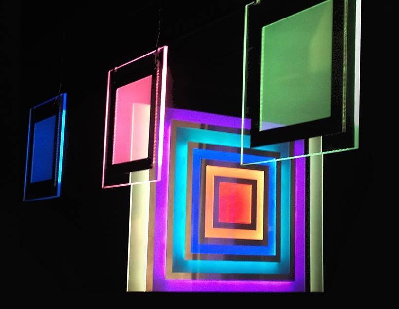 """Emire Konuk, mobil elektronik tablolar, 2013 Contemporary İstanbul. """"Akılcı kare formlara duygusal renklerin yansıdığı derin, şeffaf, sade, neşeli bir dünya; akılla duygunun dengelendiği, yaşam ve sanatın oyun olduğu böyle bir dünyada yaşamak isterdim..."""" diyor sanatçı. Fotoğraf: Füsun Kavrakoğlu"""