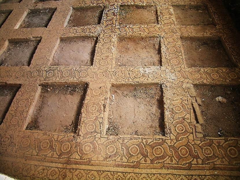 Doğu Kilisesi'nin taban mozaiklerini rüzgardan, yağmur ve rutubetten korumak için küçük bir müze yapılmış ve mozaik çerçevelerin içindeki 50 mozaik panel oraya taşınmış. Fotoğraf: Füsun Kavrakoğlu