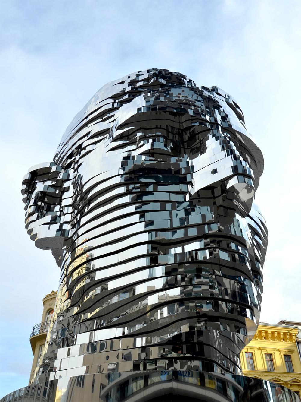 Franz Kafka, David Černý, 2014. Çek sanatçı David Černý'nin (1967-) kinetik heykeli her biri bağımsız olarak hareket edebilen paslanmaz çelikten ve aynalı 42 katmandan oluşuyor ve 45 ton ağırlığında. Bir alışveriş merkezinin girişine yerleştirilen heykelin katmanlarının Franz Kafka'nın yaşadığı kırılmaları sembolize ettiği düşünülüyor. Prag'da pek çok heykeli kamusal alanda yer alan sanatçının ilginç eserleri var: Bir binanın çatısından sallanmakta olan Freud; Çek Cumhuriyeti haritası şeklindeki havuza karşılıklı işemekte olan iki adam; Kral Wenceslas'I başaşağı ölü bir atın sırtında gösteren heykel (Kralın adını taşıyan Prag'ın merkezindeki meydanda kralı at binerken betimleyen heykel ile Černý'nin heykeli birbirine oldukça yakın.) gibi. Fotoğraf:bigumigu.com