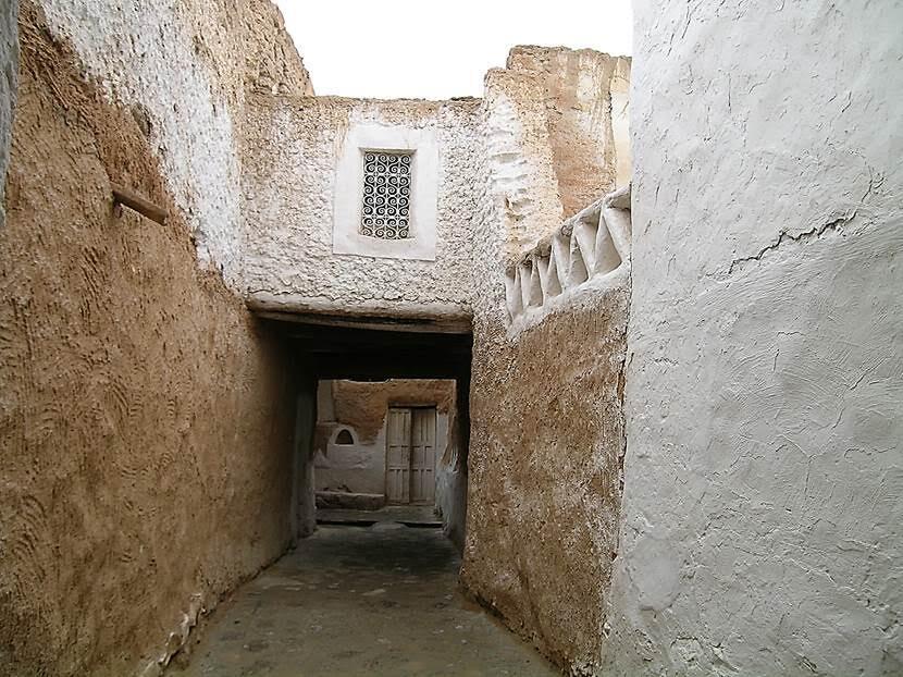 Eski Gıdamis 1984 yılında Kaddafi'nin emri ile boşaltılmış. Hükumet, eski kentin duvarlarının dışına yeni bir kent kurmuş ve Gıdamis halkına yeni birer ev vermiş. UNESCO, burayı restorasyon programına almak için Kaddafi'yi çok zor ikna etmiş. Dar sokaklar, avlulu evler yaşayanları kızgın güneşten koruyacak şekilde tasarlanmış. Daracık sokaklar ufak meydanlara açılıyor ama planlama o kadar iyi ki, bu meydanlar da güneş almıyor. Yaz aylarında eski evler yine doluyormuş. Fotoğraf: Füsun Kavrakoğlu