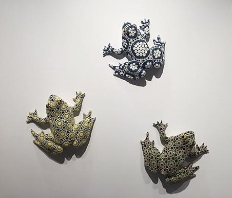 Feminist sanatçılar eserlerinde tarihsel süreçte minör olarak görülen, kadınla özdeşleştirilen el sanatları, dikiş, nakış ve örgüye bilinçli olarak başvurmuşlardır. Art International 2015'te İstanbul'da sergilenen, İstanbul için üretilmiş eserlerden biri. Joana Vasconcelos'un (1971-) yapıtı Diego, Ramona ve Cervantes. Fotoğraf: Füsun Kavrakoğlu