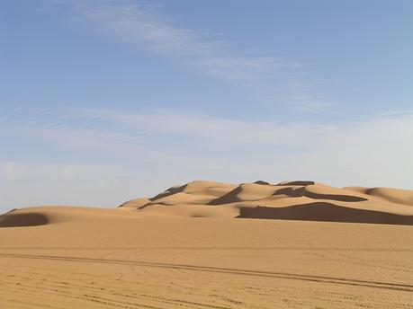 """Sahra'nın kuzeyinde Ubari (Awbari) Kum Denizi'ndeyiz. Efsaneye göre, Okenaos'un kızı Klymene ile Apollon'un oğlu Phaethon güneşin arabasını sürerken kontrolü kaybedince uçsuz bucaksız toprakların yanmasına ve çöllerin oluşmasına sebep olur. """"Sahra'da nem oranı %40 iken, Libya çöllerinde nem oranı %18. Bedeviler, seyyahlar, sömürge memurları orada insanın bir şey içmeden 19 saat yaşayabileceğini söylerler."""" İnsanların Dünyası, Antoine de Saint-Exupéry. Fotoğraf: Füsun Kavrakoğlu"""