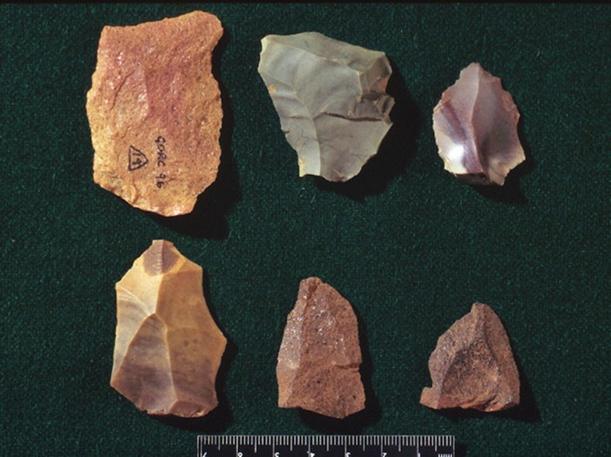 2016 yılında Uşak'ta bulunan Orta Paleolitik Dönem'e ait taş aletler. Avcılık ve toplayıcılık çağı olan Paleolitik Çağ'da (MÖ 600000-10000) alet olarak taştan tek ya da iki taraflı el baltası, uzun yaprak biçiminde bıçaklar, kemikten mızrak uçları kullanılmış. Fotoğraf: Arkeoloji Haberleri - arkeolojihaber.net