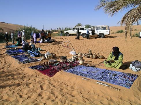 Tuaregler'in hediyelik eşya satışı. Fotoğraf: Füsun Kavrakoğlu