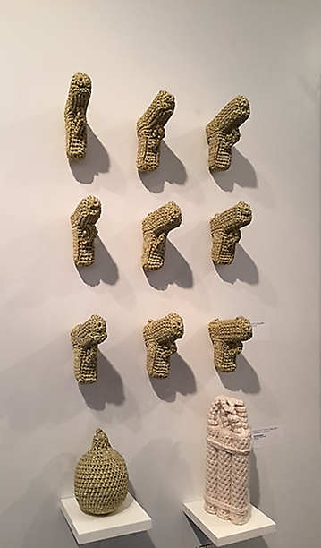 Threats-Glock, Yarn Stuffing, Nathan Vincent, Contemporary Istanbul 2015. Erkeksi objeleri, kadınsı tığ işi ile kaplayan sanatçı, toplumsal cinsiyete atfedilen rolleri sorguluyor. İzleyiciyi, çocukluktan itibaren toplum tarafından, eşyalar ve aktiviteler ile empoze edilen tavrı sorgulamaya davet ediyor. Eserin bir diğer amacı ise militarizmi sorgulamak ve çocukken silahla oynayanların ileride kendilerini bir savaşın içinde bulduklarına dikkat çekmek. Fotoğraf: Füsun Kavrakoğlu