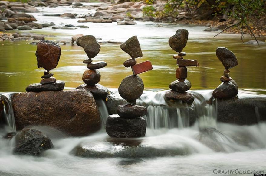 Kanadalı Michael Grab 2008 yılından bu yana doğal heykeller yaratıyor. Çeşitli büyüklükteki kayaları, taşları üst üste koyarak yapıyor heykellerini. Yaptığı iş denge, meditasyon ve yerçekimi ile ilgili bir süreç. Yaptığı kalıcı olmayan heykeller en fazla iki ay ayakta kalabiliyormuş. Bazı festivallerde bu işi yaptığı performanslar sergiliyor, taş fotoğrafları çekiyor. Gravity Glue kendi sitesinin adı. Sanatçı doğa ve doğal malzemenin bileşiminden oluşan eserler vermeye devam ediyor. Fotoğraf:www.huffingtonpost.com