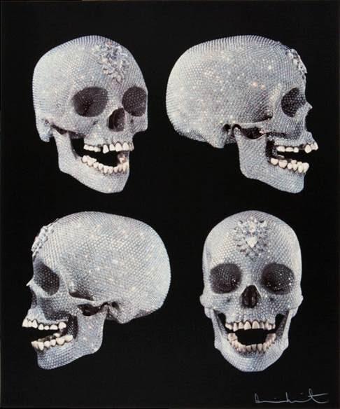 For the Love of God (Tanrı Aşkı İçin), Damien Hirst, 2007. Hirst'ün ölüm-güzellik-lüks bağlantısını kuran, değerli taşlarla ortaya koyduğu bu eseri, sanat yapıtının değerini belirleyen olguları, sanat-meta sorunsalını irdelemeyi amaçlar. Memento mori (ölümü hatırla) ve vanitas (beyhude dünya) betimlemelerinde daima bir kurukafa (fanilik) kullanılmıştı. Aztekler'in turkuaz maskeleri de bir başka ilham kaynağı olmuş olabilir, deniyor. Meksikalı sanatçı Gabriel Orozco (1962-), içinden ve dışından siyah-beyaz geometrik bir desenle boyanmış bir insan kafatası olan Siyah Uçurtmalar'ı yapmış. Hirst, eserini yaptığında kendisinden almış olduğu ilham için Orozco'ya bir teşekkür mektubu yazmış. Platinden dökülen bu eserde, 200 yaşında olduğu tahmin edilen bir Avrupalıya ait kafatası kalıp olarak kullanılmış. Dişler orijinal kafatasından alınmış, 8,601 adet 1,106.18 karat elmas kullanılmış. Eserin, 14 milyon pounda mal olduğu; Hirst ve galerinin 50 milyon pound istediği; eseri, içinde Hirst'ün de bulunduğu bir konsorsiyumun satın aldığı söylentisi var. Başka kaynaklara göre ise eser 2007 yılında 100 milyon dolara satıldı ve yaşayan bir sanatçıya ait en pahalı eser unvanını aldı. Andy Warhol eserlerinden büyük paralar kazanmaktan çok mutluydu, Damien Hirst de öyle. Bu eserin yarattığı sansasyon, sanatsal etkisinin önüne geçti. Fotoğraf:www.artspace.com