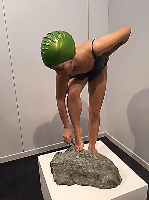 """2013 yılında Venedik Bienali'ne, 2015 yılında hem Venedik hem de İstanbul Bienali'ne katılan ABD'li sanatçılardan Carole Feuerman'ın (1945-) Swimmers temalı Hiperrealist eserlerinden birini, bir diğerinin ise detayını paylaşıyoruz. Sanatçı, """"Kendi kendiyle mutlu, huzurlu kişileri konu alan heykeller yapıyor, sağlıklı olma fikrini teşvik ediyorum,"""" diyor. Feuerman'ın en çok etkilendiği su olmuş ve su hep ilham kaynağı olmuş. Fotoğraf: Füsun Kavrakoğlu"""