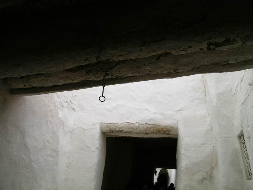 Tavandan sarkan postane zinciri. Bu zincire takılan torbaya mektuplar atılıyormuş. Fotoğraf: Füsun Kavrakoğlu
