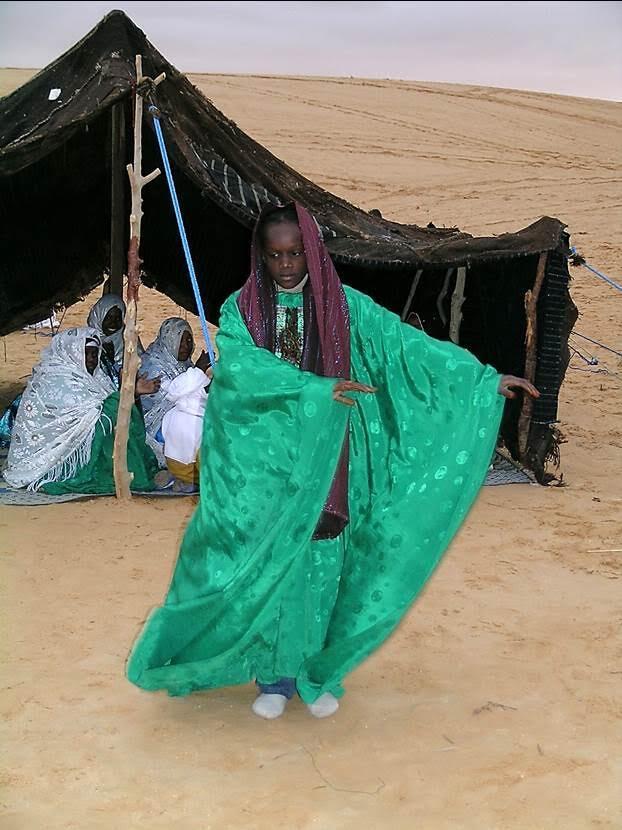 Libya'da hemen herkesin kullandığı, baş ve omuzlarını örten; yazın güneşten, kışın soğuktan, rüzgar ve kumdan koruyan örtüye havli deniyor. Fotoğraf: Füsun Kavrakoğlu