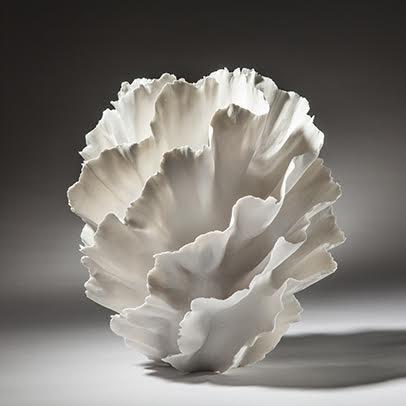 1951 İtalya doğumlu Danimarka'da yerleşik sanatçı Sandra Davolio seramik ve porselen işlerinde mercan kayasını andıran formları sık kullanır. Çağın doğaya saygı motosuna bir saygı duruşu. Fotoğraf: sandradavolio.dk