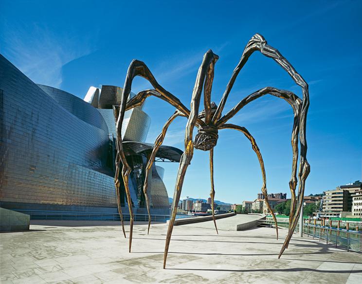 Louise Bourgeois'nın en bilinen eseri bronz ve çelikten yapılma, gövdesinde mermer yumurtalar taşıyan 9 metre yüksekliğindeki Maman, Bilbao Guggenheim Müzesi'nin önünde. 1947 yılında yaptığı bir çizimi, 1996 yılında Örümcek (Spider) adlı heykel izlemiş. Maman Bilbao'dan başka, Londra'da Tate Modern'de (2008); Ottawa'da National Gallery of Canada'da (2005); Tokyo'da Mori Art Museum'da; Leeum'da (Güney Kore) Samsung Museum of Art'ta; Bentonville'de ( Arkansas) Crystal Bridges Museum of American Art'ta daimi koleksiyonlarda yer almaktadır. Eser ayrıca dünyanın pek çok yerinde geçici olarak sergilenmiştir. Bourgeois, Maman adlı eserini kırılganlık, besleme, koruma ve örme açısından annesine benzetmiştir. Fotoğraf:www.guggenheim-bilbao.es