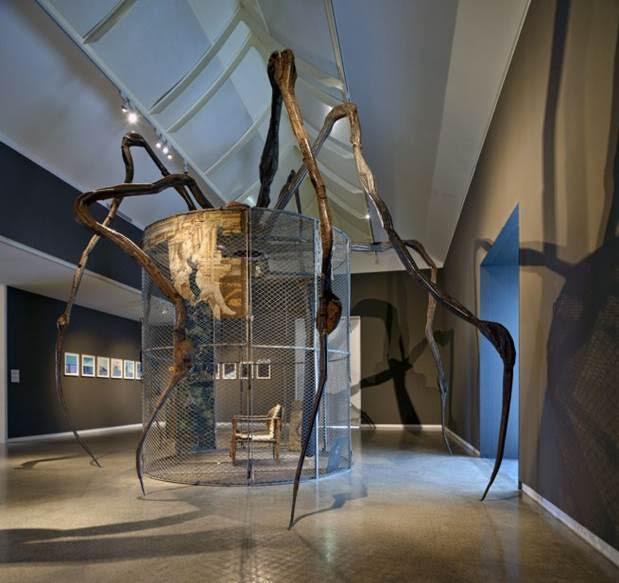 Londra'da Tate Modern'de 2007 yılında sergilenen Bourgeois'nın eserlerinden biri. Sanatçının yapıtları genellikle  burjuva evinin saygıdeğer görüntüsünün ardındaki gizli, saklı durumları simgeler. Tate Modern, Maman adlı heykelin tümü paslanmaz çelikten yapılmış olanını 2008 yılında daimi koleksiyonuna katmış. Fotoğraf:artblart.com