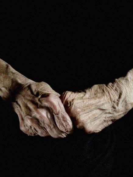 Alex Van Gelderland tarafından görüntülenmiş Louise Bourgeois'nın elleri. Fotoğraf:www.pinterest.com