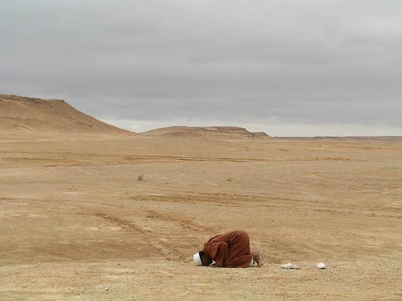 Vadide namaz kılanlara rastlıyoruz. Fotoğraf: Füsun Kavrakoğlu