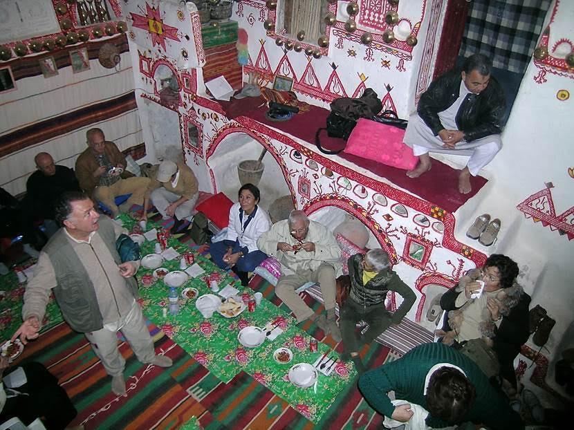 Yemeğimizi yer sofrasında yiyoruz. Yemekler lezzetli. Bazlama üzerine konan oğlak eti kızartması Libya'da en prestijli yemek. Fotoğraf: Füsun Kavrakoğlu