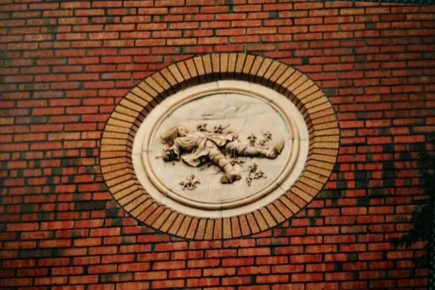 Dublin'de Guiness bira fabrikasının yaptırdığı işçi evlerinin dış cephesi Jonathan Swift'in Gulliver'in Gezileri  kitabından tablolarla bezeli. Fotoğraf: Füsun Kavrakoğlu, 2001.