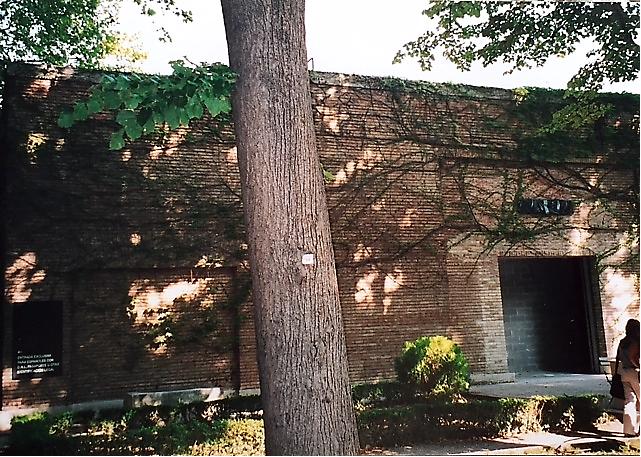 50. Venedik Bienali'nde Giardini'de yer alan İspanyol Pavyonu'nda İspanya'nın adı siyah bir malzeme ile örtülmüş, pavyonun ana giriş kapısı tuğla ile örülmüş. Bir işaret izleyiciyi pavyonun arkasına yönlendiriyor. Fotoğraf: Füsun Kavrakoğlu