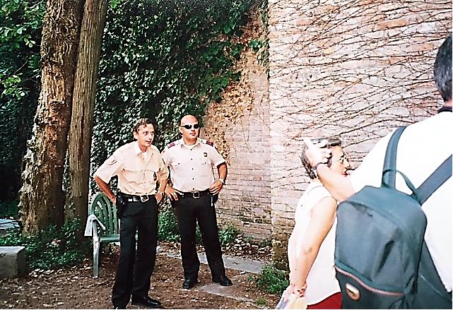 """İspanyol Pavyonu'nun arka tarafında iki polis bekliyor ve pasaport soruyor. Sadece İspanyolları içeri aldıklarını söylüyorlar.  İspanyol sanatçı Santiago Sierra (1966-), """"Bir duvar örerek İspanya'yı yabancılara kapatıyorum; bu da Berlin Duvarı gibi, Batı Şeria Duvarı gibi bir duvardır,"""" diyerek ülkesinin göçmen sorunu ile ilgili tutumunu protesto ediyor. Fotoğraf: Füsun Kavrakoğlu"""