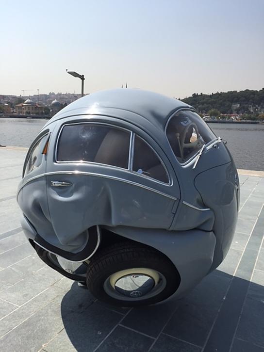 The Beetle Sphere, Ichwan Noor, 2013. Alüminyum ve WV'nin hakiki parçaları ile yapılmış eser, 2015 yılında İstanbul'da Artınternational'da sergilendi. Kavramsal Sanat için otomobili kullanmış iki sanatçının eserini arka arkaya vermek istedik. Fotoğraflar: Füsun Kavrakoğlu