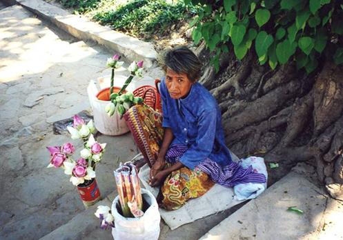 Tapınak önünde lotus satan kadınlardan biri. Phnom Penh, Kamboçya. Fotoğraf: Füsun Kavrakoğlu