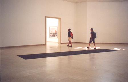 2003 Venedik Bienali'nde Almanya pavyonunda sanatçı Martin Kippenberger (1953-1997), zemine yerleştirdiği metro havalandırma ünitesine belirli aralıklarla duyulan metro geçiş sesini de eklemiş. Bu görebildiğimiz, havalandırma ünitesinden gelen esintiyi hissedebildiğimiz ve duyabildiğimiz bir Enstalasyon. Fotoğraf: Füsun Kavrakoğlu