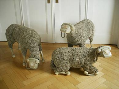 Modernist ortama özgü sanatın değişimi engellediğini, farklı malzemelerin bir fikri ifade etmek için daha etkili araçlar olabileceğini düşünen çağdaş sanatçılardan Jean-Luc Cornec'in Telephone Sheep, 2013 adlı  Enstalasyonu. Birleşimler, sanatsal olmayan kaynaklardan elde edilen iki ve üç boyutlu elementleri birleştirerek Modernist zevkin kısıtlamalarına karşı oluşturuldu. Çağdaş Sanat, eserin çoklu ortam ve nesneden üretilebileceği fikrini geliştirildi. Çağdaş sanat eserlerinin çok azı ortama özgü olarak sınıflandırılabilir. Modernistler için bu eser, heykel kategorisinin herhangi bir tanımında yer bulamaz. Geleneksel olmayan materyal ve süreçler kullanan çalışmalar estetik etkiyle ya çok az ilgilenir ya da hiç ilgilenmez. Fotoğraf: Füsun Kavrakoğlu