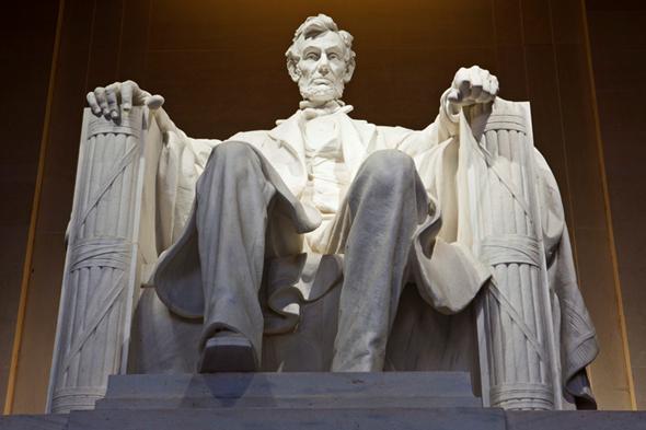 Başkan Lincoln'un koltuğunun kollarında Fasces. Ama baltası yok. www.inverse.com