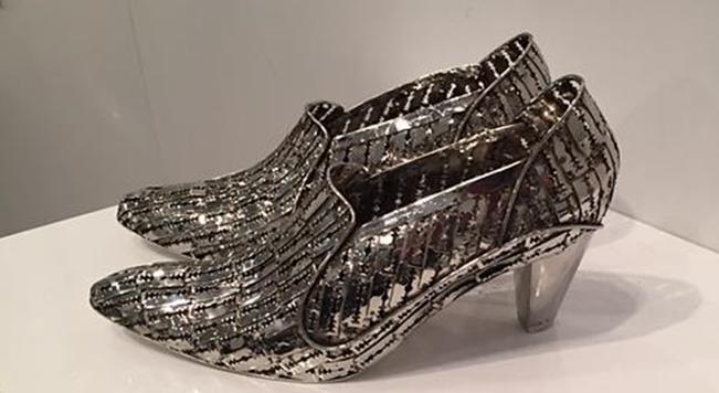 Miles After Miles, Tayeba Begum Lipi, 2015. Paslanmaz çelik tıraş bıçaklarından, 36 numara ayaklar için yapılmış kadın ayakkabısı İstanbul'da, Art International 2015'te sergilendi. 1965 Bangladeş doğumlu sanatçı resim, baskı, video ve enstalasyonlarında kadının dünyadaki marjinalliği ve kadın bedeni temalarını kullanıyor. Objelerini küvet, tekerlekli sandalye, tuvalet masası ve kadın iç çamaşırı gibi gündelik eşyalardan seçiyor ve bunların yapımında çoğunlukla çengelli iğne ve jilet kullanıyor. Materyal seçiminde Bangladeş'teki kadına karşı şiddeti simgelemek için batıcı ve kesici aletler kullanmayı tercih ediyor. Kırsal kesimde doğumda kullanılan jilet, sanatçının çocukluğunda gözlemcisi olduğu evde, ebe ile doğan yeğenlerinin ve kuzenlerinin doğumunda kullanıldığı için görsel hafızasına kazınmış bir malzeme. Lipi, ilkin fabrikasyon jilet kullanırken, daha sonra farklı büyüklüklerdeki objeleri için özel üretim jilet kullanmaya başlamış. Kadın bedeninin düşündürdüğü yumuşaklık ile zıtlık oluşturan, bedene koruyucu bir zırh olan eserler yaratıyor. Aktivist sanatçı duvara asılı, saç telleri bakırdan yapılma beş peruk ile ülkesinde cinsiyet değiştirmiş bireylerin sesi olmak, onların korkusunu yansıtmak ve toplumdan yalıtılmışlıklarını ifade etmek için Aynı Olamayız adlı eserini yaratmıştı. Ülkesinin önde gelen çağdaş sanatçılarından biri olan Lipi, iki kez ülkesini Venedik Bienali'nde temsil etmiş, bol ödüllü bir sanatçı. Kendisi gibi sanatçı olan eşi ile birlikte 2002 yılında Bangladeşli sanatçılara yardımcı olmak için bir vakıf kurdu. Fotoğraf: Füsun Kavrakoğlu