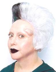 """ORLAN(1947-) takma adını kullanan ve adını büyük harflerle yazan Fransız performans sanatçısı ve akademisyen, bedenini bir sanat yapıtı olarak kullandı. 1990'da, dokuz ameliyat performansından ilkini gerçekleştirdi. Renkli perdelerle dekore edilmiş tiyatrolarda, bilinci yerinde ama lokal anestezi altında, ünlü modacıların imzasını taşıyan kostümler giyerek, şiir ve müzik eşliğinde, estetik ameliyat geçirdi. Omnipresence adlı yedinci performans, New York'ta gerçekleşti ve uydu yoluyla dünya çapında yayınlandı. Yani izleyici performanstan fiziki olarak ayrıldı. O ameliyatların bazıları videoya kaydedildi. ORLAN, işlemler sırasında çekilmiş fotoğraflarını birer sanat yapıtı olarak izleyiciye sundu. Ameliyatları yapan feminist estetik uzmanı, implantlar yerleştirerek sanatçının yüzünü yeniden şekillendirdi. Bir dizi ameliyatla alnının iki yanına birer boynuz yapıldı (1990'ların başı ile ortası). Kendisini Kolomb öncesi sanat ile özdeşleştirdiği işleri de oldu. ORLAN çalışmasının estetik ameliyatlara değil, güzellik standartlarına karşı olduğunu; kadına ve bedene gittikçe daha çok dayatılan ideolojiye karşı olduğunu belirtmiştir. Bir ifade aracı olarak vücudun kullanılışı ilk kez Yves Klein tarafından 1958-60'ta gerçekleştirilmiş, bu yöntem, 1964 yılı sonrasında Vücut Sanatı olarak adlandırılmıştır. ORLAN'ın girişimi ile, bedenin sahibi kimdir; devlet ve bireyin bedenlere hükmetme yetkisi nereye kadardır; sanatın bedenle ilişkisindeki eşik nerede başlar gibi Çağdaş Döneme ait sorularla beden olguları Çağdaş dönemde de devam etmiştir. ORLAN performanslarında kendi bedenini, feminist sorunlara eğilmek için bir ortam olarak kullanmıştır. Burada Kavramsal Sanat, Beden Sanatı, Feminist Sanat, Performans Sanatı, Video Sanatı iç içedir. Žižek'e göre Batı'nın toplumsal sistemi """"liberal kadınları"""" rekabet güçlerini koruyabilmek için güzellik ameliyatlarına katlanmak için devasa bir baskı altına almaktadır. Kadınların gönüllü olarak güzellik ameliyatı eziyetine katlandıkları Batıl"""